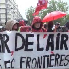 Gérard Collomb arrive à la mairie d'Annecy sous les huées des opposants à la loi Asile et immigration