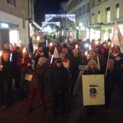 Une belle manifestation aux flambeaux en solidarité avec tous les migrants