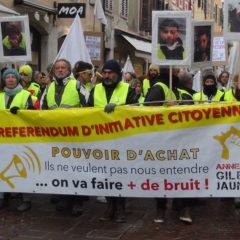 300 gilets jaunes et syndicalistes à Annecy pour dénoncer les violences policières et obtenir du pouvoir d'achat