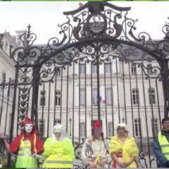 Les irréductibles Gilets jaunes ont peint de jaune le pont des amours et la Préfecture
