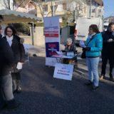 Le collectif pour le référendum contre l'aéroport de Paris sur le marché à Annecy