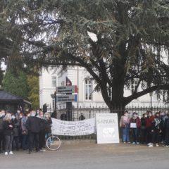 60 personnes devant la Préfecture pour défendre la liberté d'expression et les valeurs de l'école républicaine.
