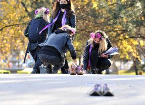 87 paires de chaussures ont relié le commissariat de police au tribunal d'Annecy comme autant de féminicides
