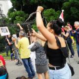 À Annecy, Olivier Véran, sous la huée des manifestants, reste retranché dans la Préfecture